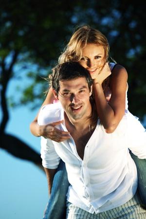 Foto de man and woman hug in the sky - Imagen libre de derechos
