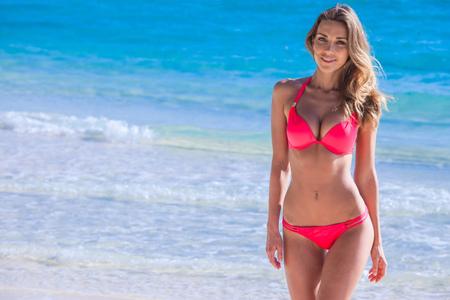 Photo pour Pretty slim girl at tropical sea beach - image libre de droit