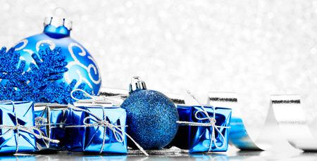 Foto de Christmas gifts and decoration on shiny glitter background - Imagen libre de derechos