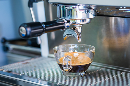 Photo pour coffee machine preparing fresh coffee - image libre de droit