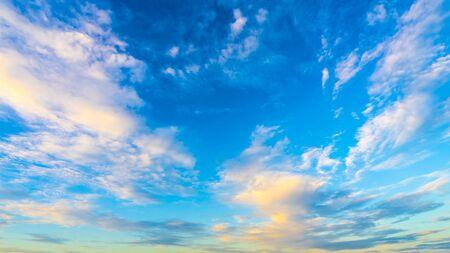 Photo pour Beautiful blue cloudy sky. - image libre de droit