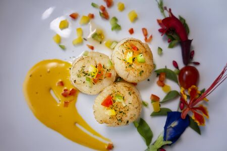 Photo pour Seared scallops shell with butter, garlic , fried scallop on a white plate. - image libre de droit