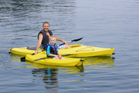 Photo pour Family Kayaking together on a beautiful lake - image libre de droit