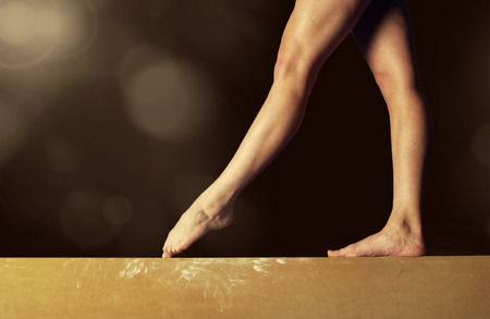 Photo pour Close view of a Gymnast legs on a balance beam - image libre de droit