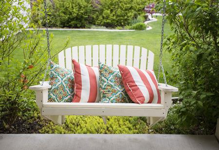 Photo pour Beautiful wooden front porch swing with comfortable pillows - image libre de droit