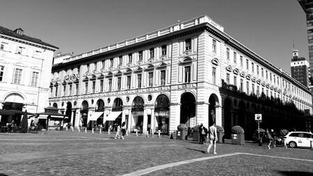 Foto de Turin, Italy - 10/24/2019: An amazing caption of Turin city in a beautifull sunny day. Detailed photography of the old buildings in the city center. - Imagen libre de derechos