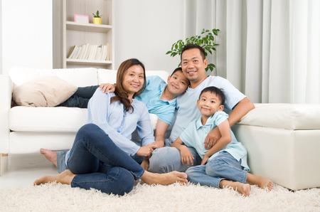 Foto de Indoor portrait of asian family - Imagen libre de derechos