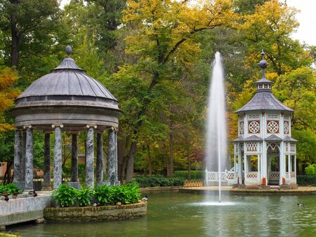 Photo pour Pond of the Chinescos is an artificial lake, a Greek-style temple, a Chinese-style temple and an Egyptian granite mausoleum. Aranjuez, Madrid, Spain - image libre de droit
