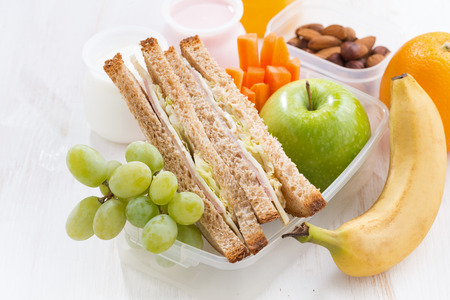 Foto de school lunch with sandwiches and fruit, close-up, horizontal - Imagen libre de derechos