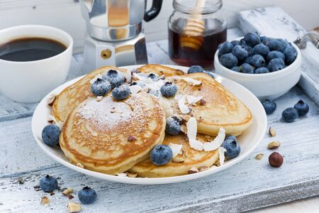 Photo pour pancakes with fresh blueberries and honey for breakfast, horizontal - image libre de droit
