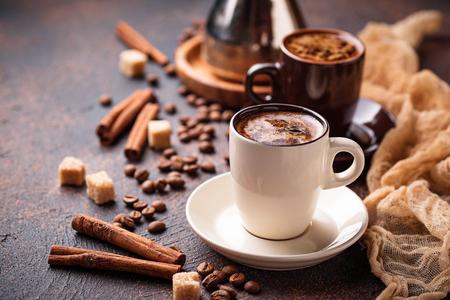 Photo pour Cups of coffee, beans, sugar and cinnamon - image libre de droit