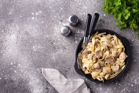 Photo pour Fettuccine or tagliatelle pasta with chicken and mushroom - image libre de droit
