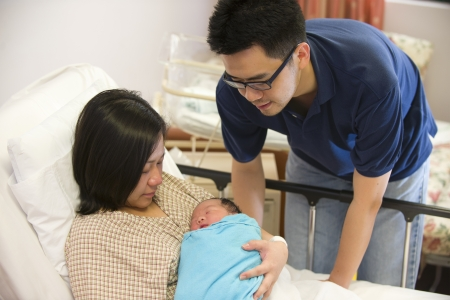 Photo pour Asian chinese newborn baby girl and daddy in hospital   - image libre de droit