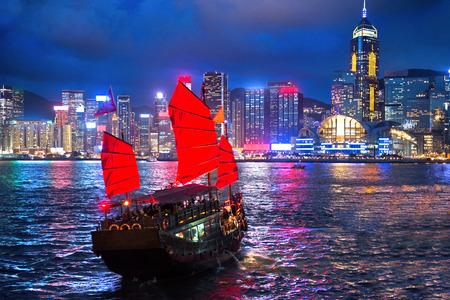Foto de hong kong night view with junk ship on foreground - Imagen libre de derechos