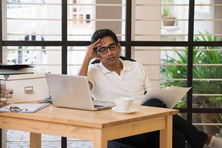 Photo pour indian male having headache - image libre de droit