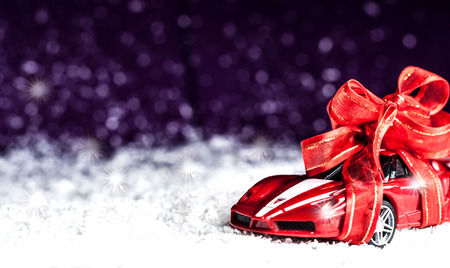 Photo pour small car with red decorative bow in snow - image libre de droit