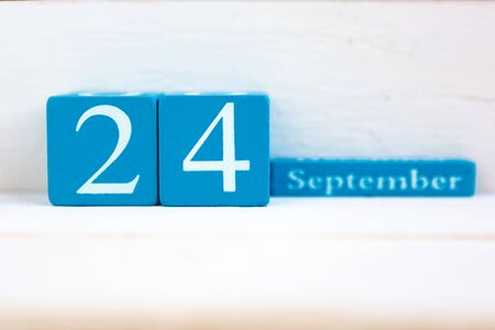 Photo pour September 24, wooden background. Handmade wooden cube calendar with date month and day - image libre de droit