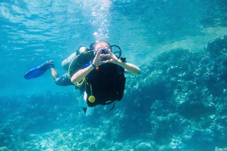 Photo pour Diver taking underwater, Red sea, Egypt - image libre de droit