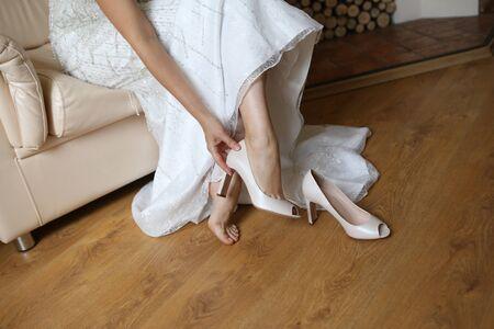 Photo pour bride charges morning shoes sitting on the armchair - image libre de droit