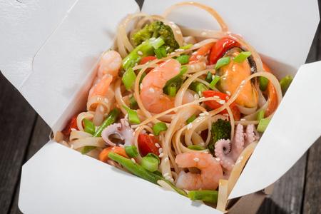 Foto de Noodles with vegetables and seafood - Imagen libre de derechos