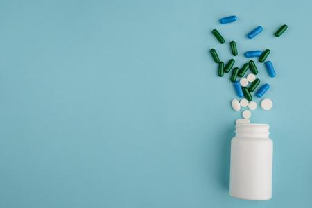 Photo pour Plastic bottle and spilled pills - image libre de droit