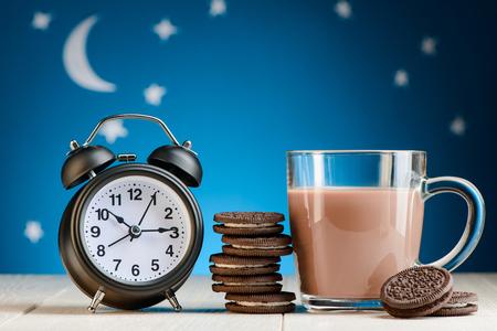 Foto de Clock, chocolate cookies and cocoa - Imagen libre de derechos