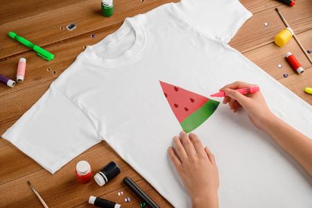 Photo pour Drawing watermelon slice on t-shirt - image libre de droit