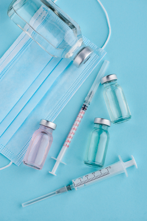 Photo pour Bottles, syringes and doctors mask - image libre de droit