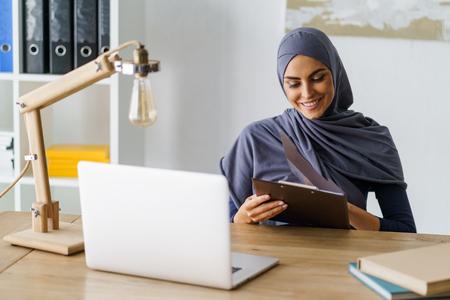Photo pour Cheerful Arabian lady - image libre de droit