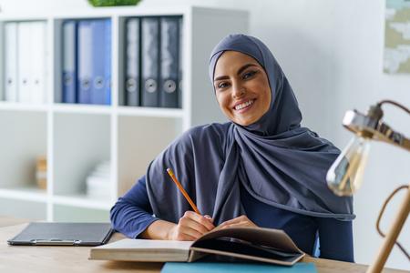 Photo pour Smiling Arabian woman sitting - image libre de droit