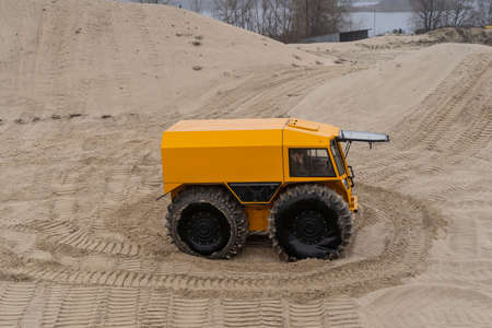 Foto de People driving an all-terrain vehicle, leaving twisted marks in the sand - Imagen libre de derechos