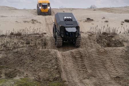 Foto de Two off-road vehicles driving in a sandy area - Imagen libre de derechos
