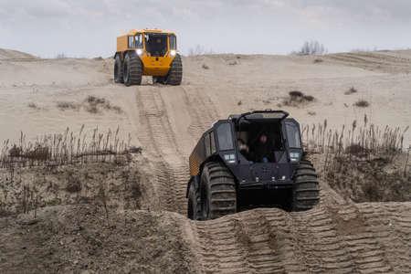 Foto de All-terrain vehicles driving through a sandy landscape - Imagen libre de derechos