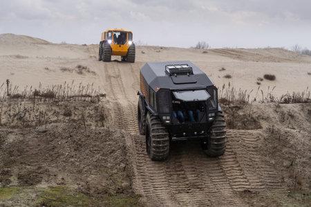 Foto de All-terrain vehicles driving through a sandy hilly landscape - Imagen libre de derechos