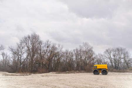 Foto de Yellow off-road vehicle driving in the sands on a cloudy winter day - Imagen libre de derechos