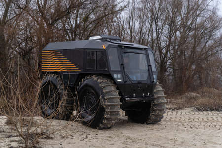 Foto de Modern all-terrain vehicle driving out of the woods - Imagen libre de derechos