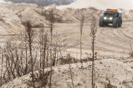 Foto de Off-road vehicle driving in the sands - Imagen libre de derechos