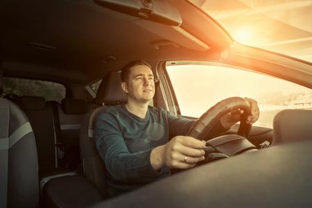 Foto de Man sitting and driving in the car - Imagen libre de derechos