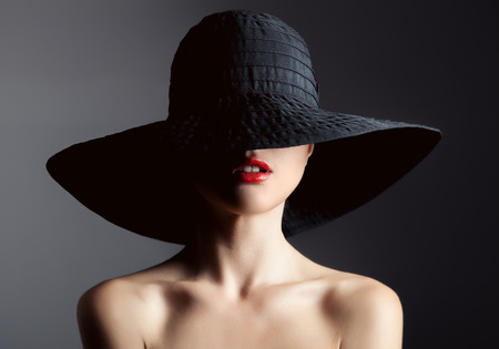 Photo pour Beautiful woman in hat. Retro fashion. Dark Background. - image libre de droit