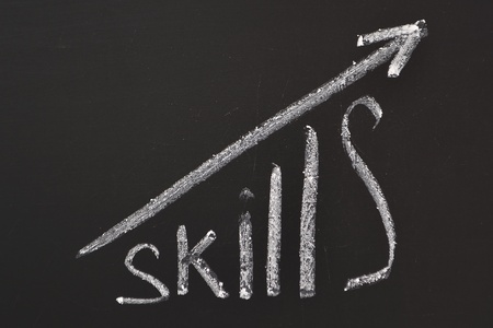 Photo pour word Skills hand written on the chalkboard with rising arrow graph - image libre de droit