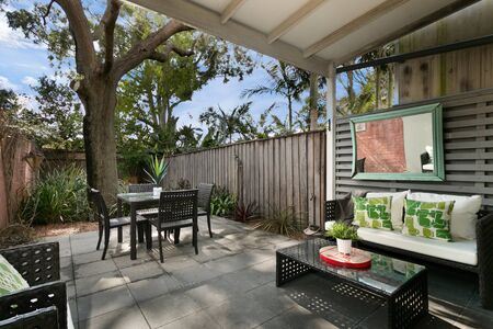 Photo pour back yard with outdoor seating and barbecue with family. beautiful house - image libre de droit