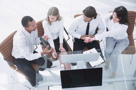 Foto de business team discussing a business document.the business concept. - Imagen libre de derechos