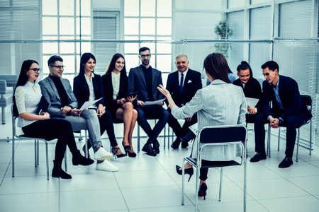 Foto de businesswoman makes a report at a meeting with the business team. - Imagen libre de derechos