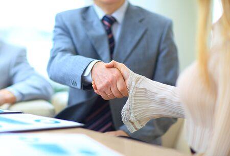 Photo pour Business people shaking hands - image libre de droit