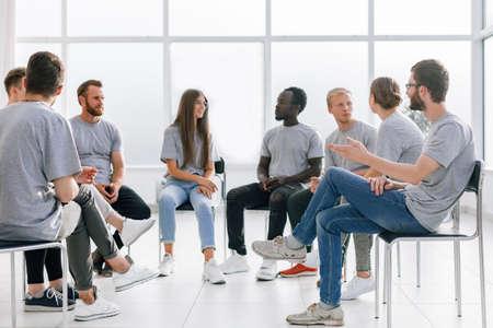 Foto de group of young like-minded people discussing their ideas - Imagen libre de derechos