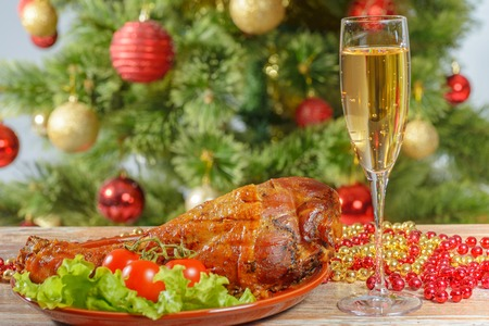 Photo pour Roasted turkey leg over christmas tree background - image libre de droit