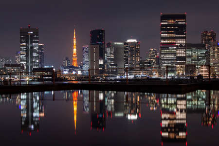 Photo pour Night Tokyo Reflected on the Surface of the Water - image libre de droit