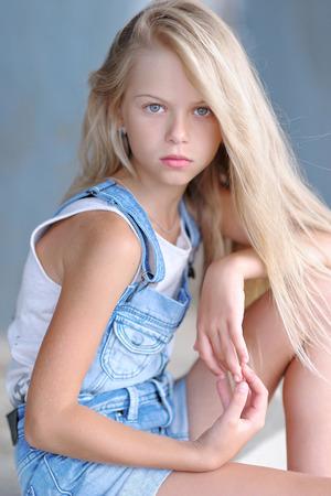 Photo pour portrait of little girl outdoors in summer - image libre de droit