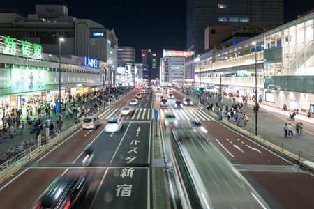 Photo pour Cars and Pedestrian walking on Street Scene of Traffic at Shinjuku station crossing in Tokyo - image libre de droit