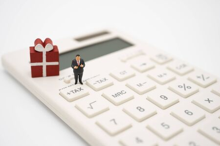 Photo pour Miniature people Pay queue Annual income (TAX) for the year on calculator. using as background business concept and finance concept with copy space  for your text or  design. - image libre de droit